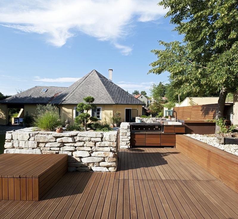 Gartengestaltung mit Holz und Stein, Sitzplatz